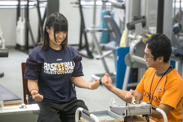 3. トレーニング前の準備運動のアームカール