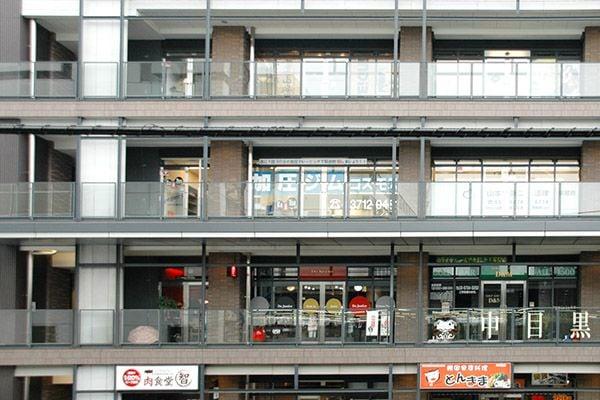 4. エレベーターを下り、右へ進むと店舗入口です