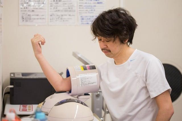 <p>トレーニングの前に血圧測定を行います。測定の結果、血圧が高い場合や内科的疾患をお持ちの場合は加圧トレーニングが行えない場合があります。</p>