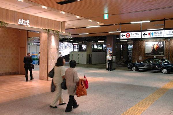 2. 駅構内のアトレの角を左へ進み地上を目指す