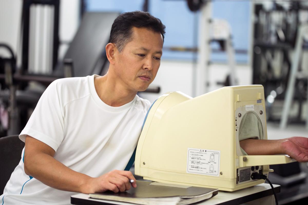 <p>トレーニングの前に血圧測定を行います。※血圧が高い場合や内科的疾患をお持ちの場合はトレーニングが行えない場合があります。</p>